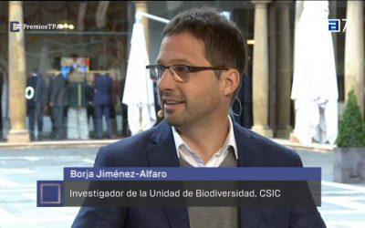 El investigador de la UMIB, Borja Jiménez-Alfaro, y Teresa Valdés-Solís, del INCAR, hablando en TPA noticias